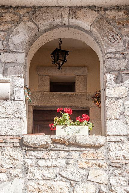 Logna, Alcune abitazioni presentano tuttora la loro decorazione originale (come una lunetta affrescata ed un portale del 1559).