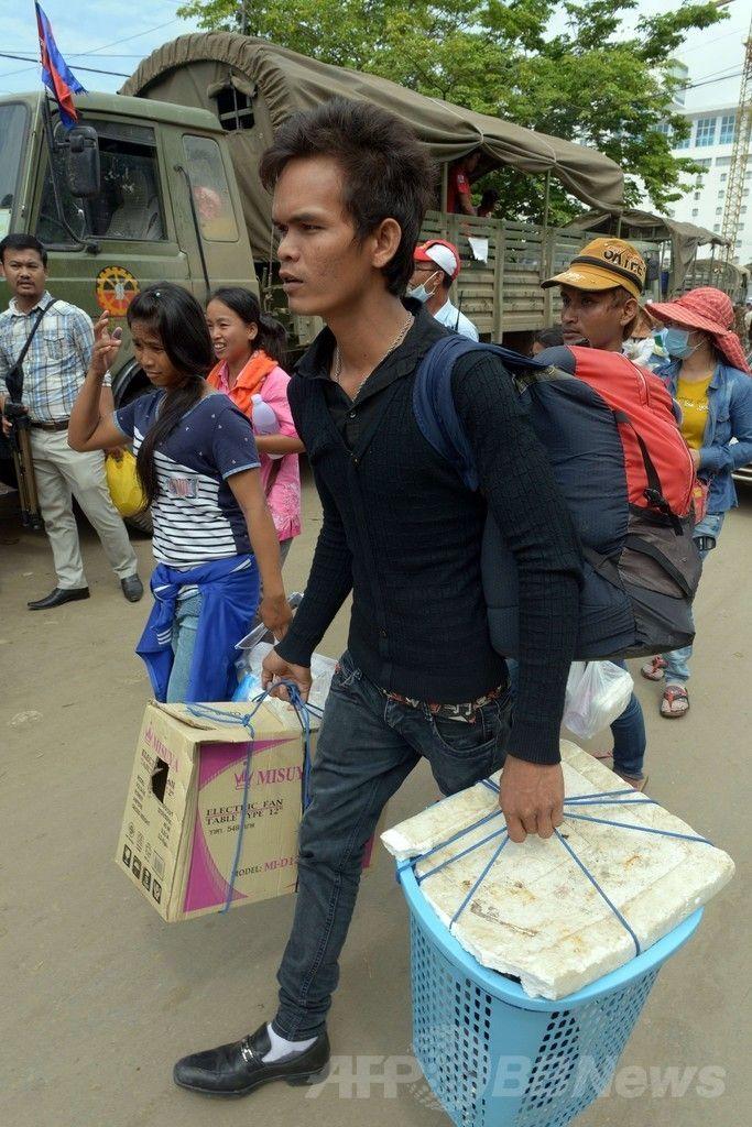 カンボジア北西部バンテイメンチェイ(Banteay Meanchey)州ポイペト(Poipet)に到着した、タイから帰還したカンボジア人労働者たち(2014年6月18日撮影)(c)AFP/TANG CHHIN SOTHY ▼19Jun2014AFP|タイ出国のカンボジア人労働者、22万人に http://www.afpbb.com/articles/-/3018190