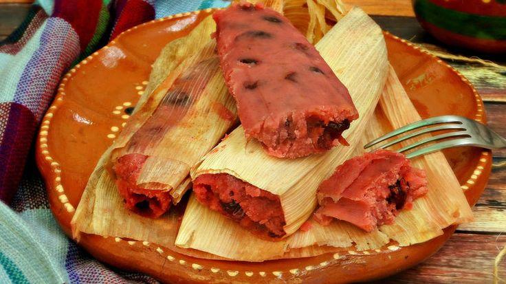 Los tamales de fresa son un postre colorido y delicioso. Un postre tradicional en México, los tamales de fresa se distinguen por su vibrante color rosa que a grandes y chicos les encanta. Con el delicioso sabor de fresas frescas y lo acidito de los arándanos secos, estos tamales de fresa se pueden disfrutar a cualquier hora del día. Y por si no lo sabías, preparar tamales en casa no tiene que ser algo laborioso y difícil. Con esta receta fácil podrás disfrutar de unos riquísimos tamales de…