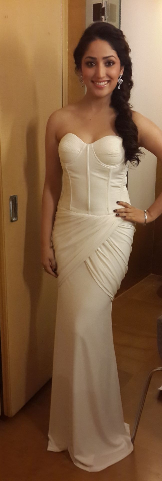 Yami Gautam looked ravishing in a Sonaakshi Raaj gown at the Retail Jeweller India Awards. #Bollywood #Fashion #Style #Beauty