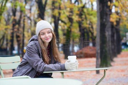Café Fille de boire dans un café en plein air