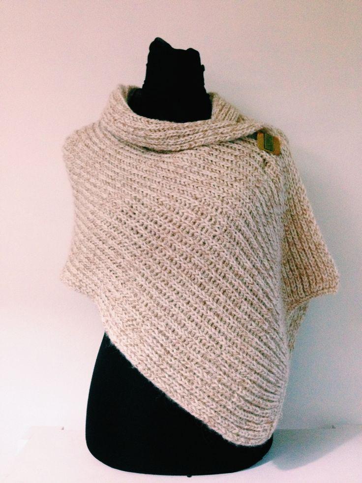 Fino chal , tejido en suave mezcla de Alpaca y  lana virgen en color crudo.