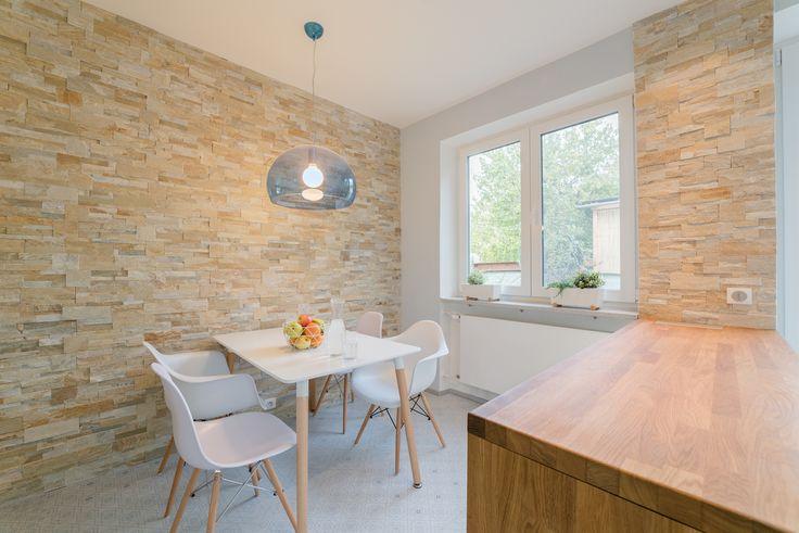 Kamenný obklad v kuchyni je další splněné přání paní domu. Zvolený odstín kamene Golden Quartzite vnáší do bílé kuchyně pocit tepla - ProŽeny.cz