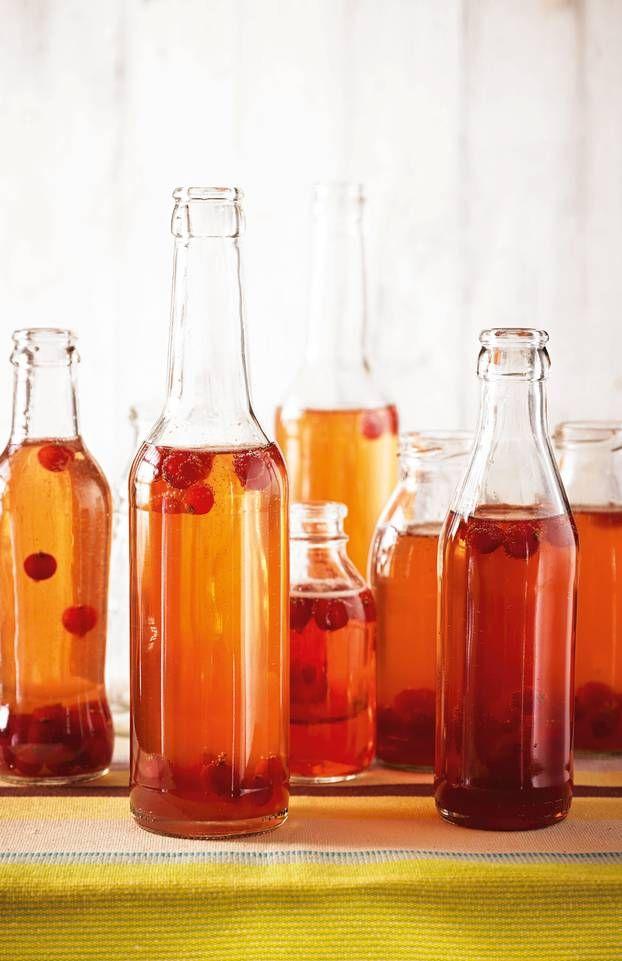 Die Basis dieses fruchtigen, super schnellen Aperitifs ist ein Sirup, den wir mit Sekt und Früchten veredeln. Zum Rezept: Rhabarber-Secco