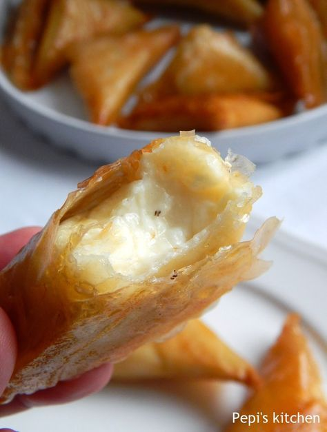 Τυροπιτάκια με πλούσια κρεμώδη γέμιση made in Pepi's kitchen!