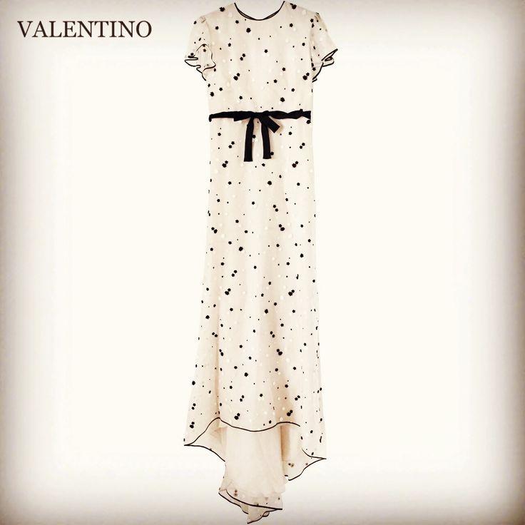 💖VALENTINO💖レンタルウェディングドレス Size US6 レンタル価格 56,000- (安心保険込) 憧れのヴァレンティノのドレスで✨✨トータルコーディネート✨✨憧れのヴァレンティノのウェディングドレス♪ こちらは、非常に高価なドレスになりますが、丁寧に扱って頂ける事を前提に、特別な価格設定にさせて頂いております 挙式に二次会にパーティーにどのシーンにも 実物は写真よりも素敵で✨裾も長いので、足元にふんわり広がりボリュームが出せます 小花刺繍が全体に散りばめられた幸せオーラいっぱいのドレスです✨✨海外ウェディングでとても人気で話題になったドレスで海外の方からのお問い合わせも多いドレスです 他ではお取り扱いの無いドレスなので、ヴァレンティノがお好きな方、憧れの方に是非おすすめしたいです✨✨ お気軽にお問い合わせ下さい☆ 記憶に残るドレス あなたらしいオリジナルのコーディネートで 他とは違うドレス お気に入りのブランドのウェディングドレスで 憧れのブランドのウェディングドレスで いつものあなたと変わらないウェディングドレス