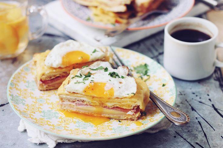 Un mic dejun savuros, pentru el şi ea. În zilele în care suntem liberi şi lenevim mai mult dimineaţa, este bine să ne răsfăţăm partenerul/a cu un mic dejun delicios. Am decis să vă arăt micul dejun preferat de noi, cu origini franţuzeşti pentru că, deşi mie îmi place să mănânc ceva dulce la micul dejun, aceste sandwich-uri le mănânc cu plăcere, imediat ce le scot din cuptor.