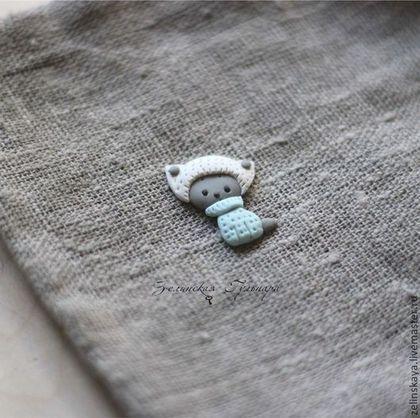 Маленький серый котейка подарит улыбку вашему малышу. У нас верными шагами наступает зима, я готова всех своих подопечных одеть в теплые шапочки, свитерки и варежки) Брошечка маленькая, 2.5см Доставка по России 100р.