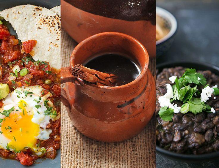 Café de olla, huevos rancheros e frijoles refritos