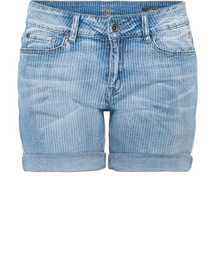 Ga dit seizoen voor een unieke short met verticale strepen. Subtiel maar allesbehalve standaard. Creëer de ultieme voorjaarslook en draag de short met een luchtige katoenen blouse en sandalen.