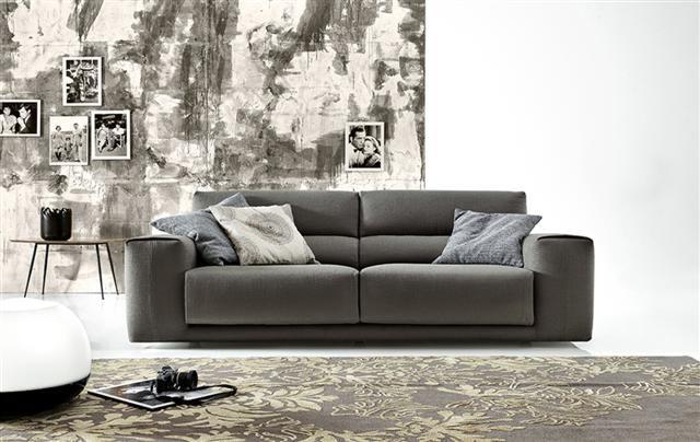 Divano Ditre modello Booman a tre posti maxi, in tessuto grigio scuro con sedute sfoderabili . Mis: L.252 cm, P.96 cm, H.84 cm.