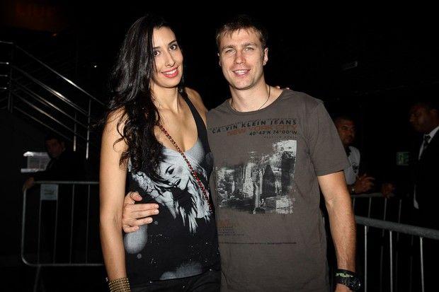 A jogadora de vôeli Sheilla Castro com o namorado em show em São Paulo (Foto: Manuela Scarpa/ Foto Rio News)
