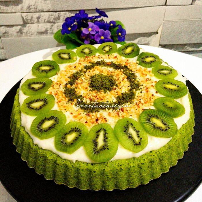 Süper Ispanaklı Tart Kek Ben ıspanaklı pasta ile tanışalı 10 seneden fazla oldu, ilk gördüğümde çok şaşırmış, yediğimde lezzetine inanamamıştım. Çünkü ıspanağın bir pastaya bu kadar yakışacağı bir pastayı, bir keki bu kadar güzelleştirebileceği kimin aklına gelirdi ki ama pardon pardon birilerinin aklına gelmiş ki zamanın da bu güzel tarif ortaya çıkmış ISPANAKLI TART KEK …