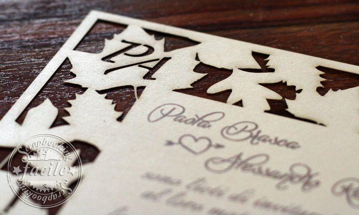 Partecipazione di nozze taglio laser, dal forte richiamo stagionale, abbinata al bouquet della sposa e agli addobbi floreali dei locali delle nozze e del ricevimento, cartoncino Kraft avana.