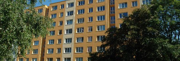 Rozbité sklo u vchodových dveří :: SVJ Mutěnická 2, 4, Brno