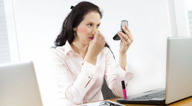 Tüm gün havasız kalan ve gerilen cildimizi rahatlatmak için oldukça işe yarayacak bomba bir tavsiyeye hazır olun! Çalışan bayanların ortak sorunlarından birisi de, ofiste hem bakımlı gözükmek hem de rahat olabilmek.  http://guzellikbakim.com/  #ofis #ofismakyajı #makyaj #kozmetik #kadın #kadınlar #eyeliner #pudra #ruj