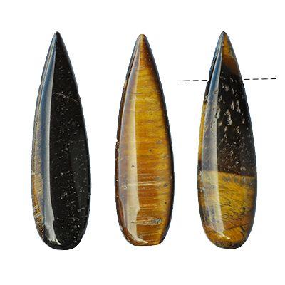 Ca 10x37mm stora, droppformade hängen av äkta tigeröga. Tigeröga är en fortrollande vacker sten med bruna och honungsgula skimrande bandmönster som har en förmåga att reflektera ljuset på ett alldeles speciellt sätt. Stenens yta kan stundvis upplevas som aningen porös, vilket är vanligt för tigeröga som är uppbyggd av tunna fibrer av olika mineraler.