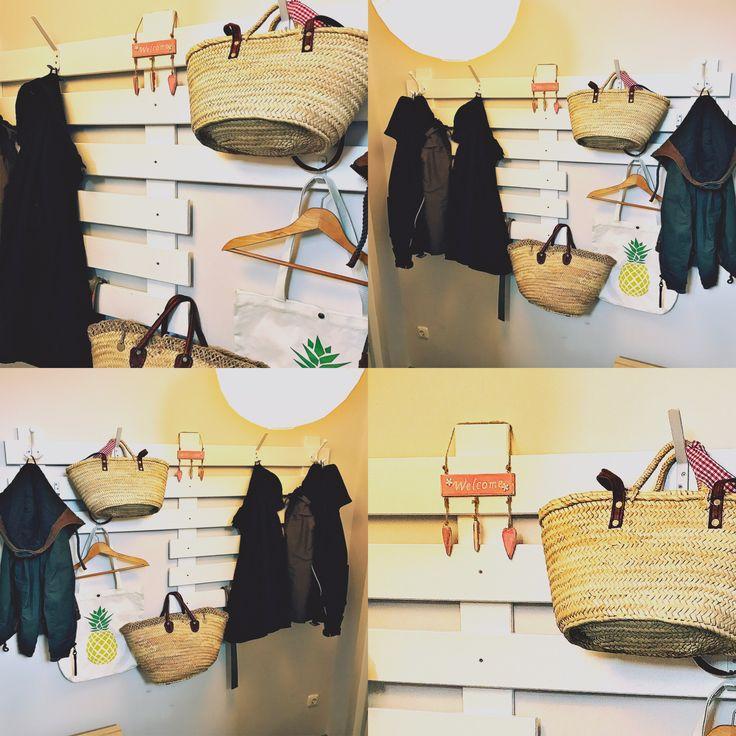 Holzbretter vom Baumarkt (gehobelt und gefast), weiße Farbe, Schmirgelpapier und ab an die Wand damit. Jetzt noch ein paar Haken ... und fertig ist die Garderobe
