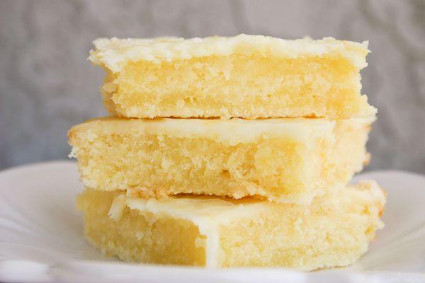Lemon Brownies :): Lemon Bars, Lemon Brownies, Cakey Lemon, Recipe, S'More Bar, Lemon Cakes Bar, Lemonbar, Lemon Squares, Bar Brownies