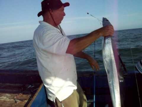 Pescaria de espada em alto mar.