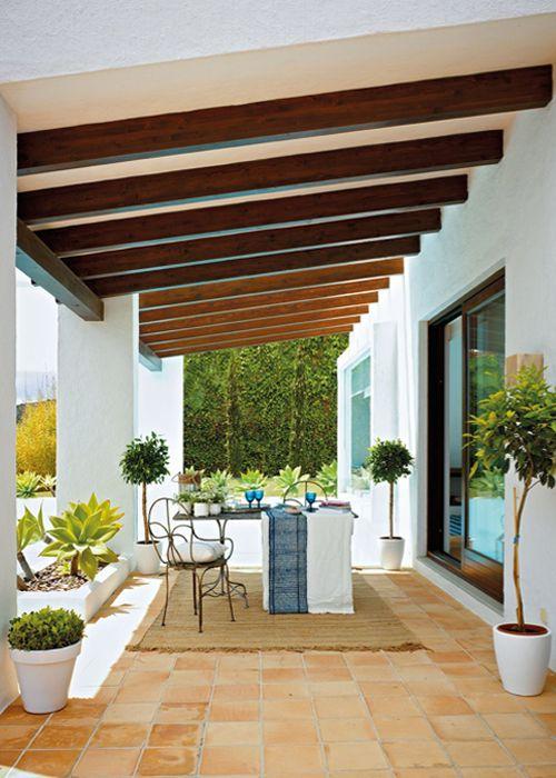 ChicDecó: Una casa andaluza con vistas al estrechoA beautiful traditional Andalusian summer house