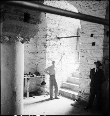 Το εσωτερικό του βυζαντινού παρεκκλησίου, νοτιοανατολικά του Αγίου Ιωάννη Στουδίου (İmrahor Camii), Ιούλιος 1944.Tο παρεκκλήσι, το οποίο είχε μετατραπεί σε αποστακτήριο, όταν ο Artamonoff το φωτογράφησε, δεν υπάρχει πια από τη δεκαετία του 1970. Ο Περικλής, ο ιδιοκτήτης του αποστακτηρίου, διακρίνεται στις σκάλες. Ο άγνωστος κύριος στα δεξιά συνόδευε τον Artamonoff εκείνη την ημέρα. ©Nicholas V. Artamonoff Collection, Image Collections and Fieldwork Archives, Dumbarton Oaks.