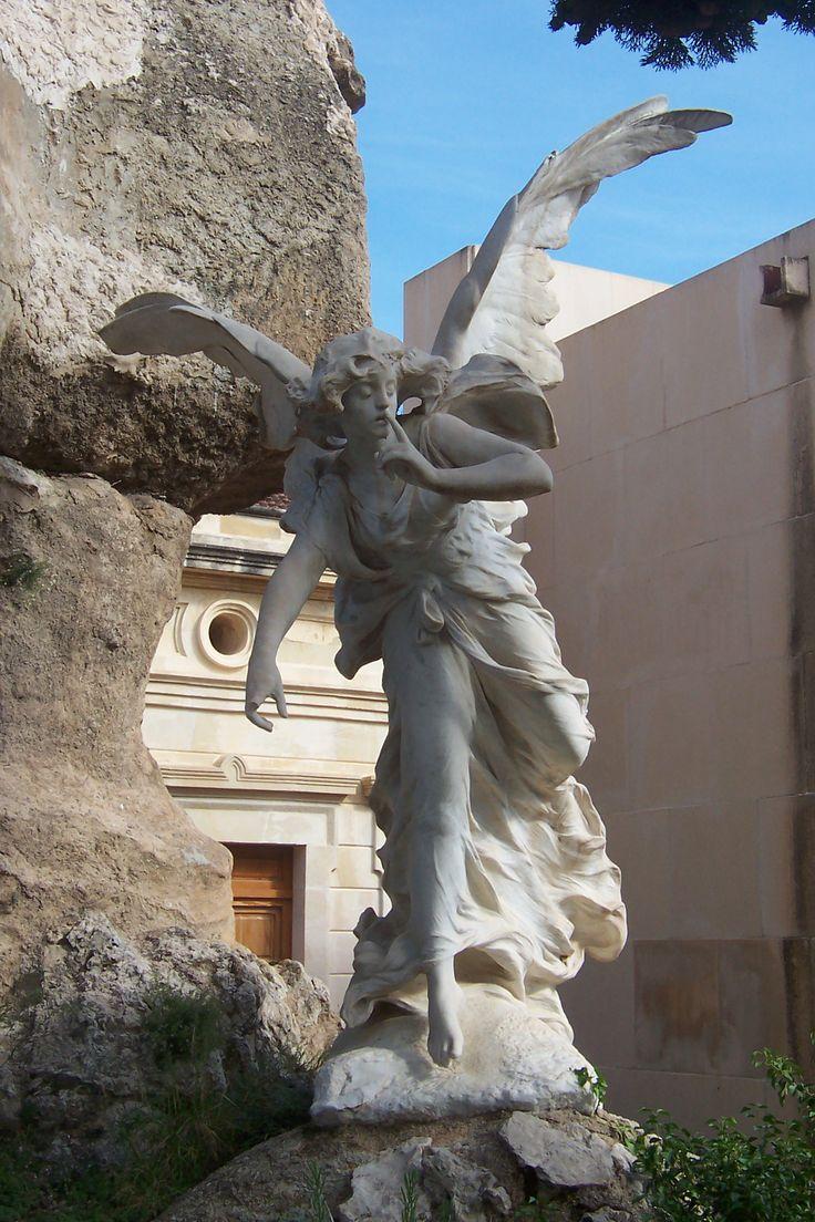 Angel del silencio, cementerio de Alcoy, España