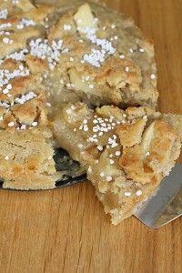 Idag är det min födelsedag så då festar vi till det och fikar med en äppelpaj kladdkaka. En lätt syrlig kladdkaka med krispigt täcke sen vaniljsås det till, smarrigt! ÄPPELPAJ KLADDKAKA 24 cm form 300 g smör 4 dl socker 4 ägg 1 msk äkta vaniljsocker 1 msk kanel 5 dl vetemjöl 1 krm salt 1 litet [...]