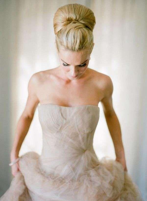 Idee acconciature alte per la sposa - Chignon alto e cresta