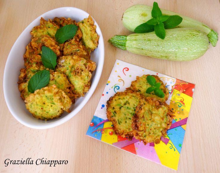 Una ricetta semplice, veloce e profumata per preparare delle deliziose frittelle di zucchine alla menta! Non le solite frittelle! :)