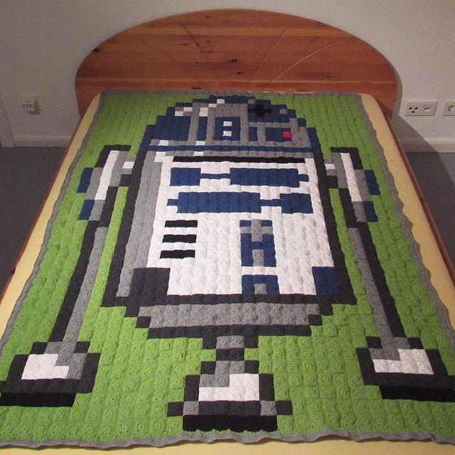 R2D2 Star Wars pixel crochet blanket by Gloria Ramos - Pattern: https://www.pinterest.com/pin/339669996873479401/