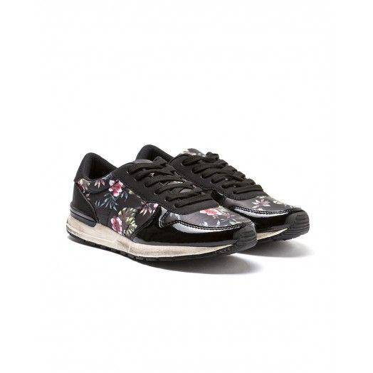Zapatillas de deporte, de nailon estampado, con aplicaciones de suede y punta de charol.