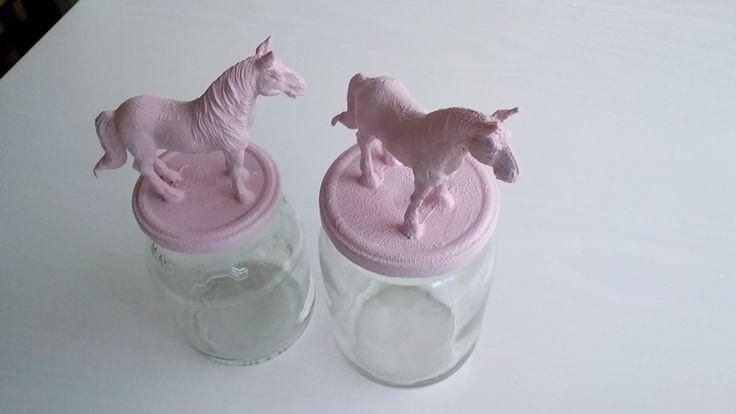 Glazen potten met paarden deksel... Glazen potten en speelgoed paardjes gekocht bij de action....vastlijmen...schilderen....laten drogen...klaar!!