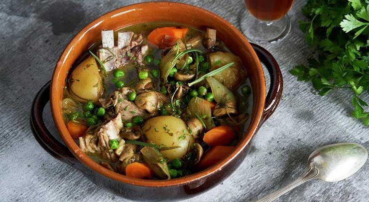 Lammegryte med mørkt øl Langtidskoking er en fantastisk metode for å få det beste ut av råvarene. Denne lammegryta med mørkt øl og sitron er verdt koketida. 1.5 kg lammekjøtt (fårikålkjøtt)4 stk gulrot1 stk løk1000 g potet2 frisk kvister rosmarin4 frisk kvister timian3 ss hakket frisk bladpersille1 stk sitron