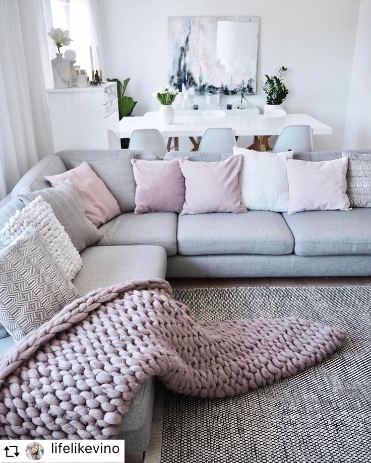 Dusty Pink Extra large chunky blanket for living room interior. Wool Art product range includes chunky knit bed blankets, bed runners, throw blankets & bed throws, chair pads. There is also a range of baby blankets and items for pets. This wool is perfect for outwear accessories as well, so our range also includes oversized scarves, infinity scarves, outdoor wraps and headbands.