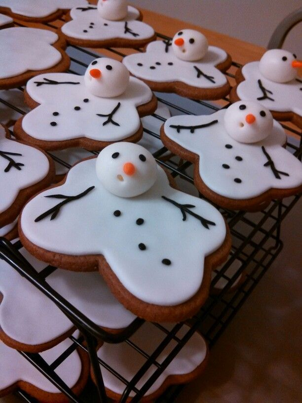 Melting snowman gingerbread cookies (with fondant decoration)