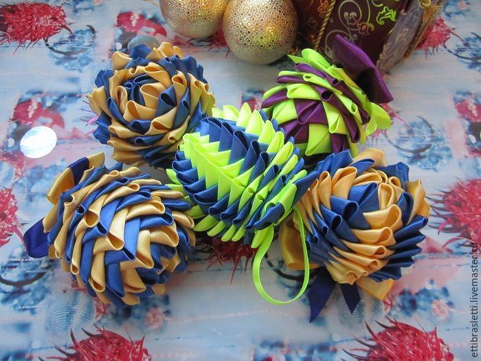 Сегодня будем делать шарик новогодний интерьерный в технике, и здесь я не знаю, в какой именно, наверное, канзаши/оригами/артишок, как-то так. Итак, нам понадобятся: Для шарика: Атласная лента шириной 5 см (у меня фиолетовая 3 м и салатовая 2,5 м). Клеевой пистолет/ клей к нему. Шарик (у меня пластиковый диаметром 5 см). Ножницы, пинцет, зажигалка. Для бантика на шарик: Лента атласная шириной 1,2 см (у меня салатовая 35 см). Лента атл…