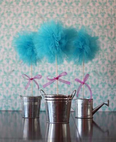 Si buscas la mejor decoración de tu boda, si te gustaría darle un toque romántico, un poco vintage, hoy te enseñamos cómo hacer pompones con tul para bodas.