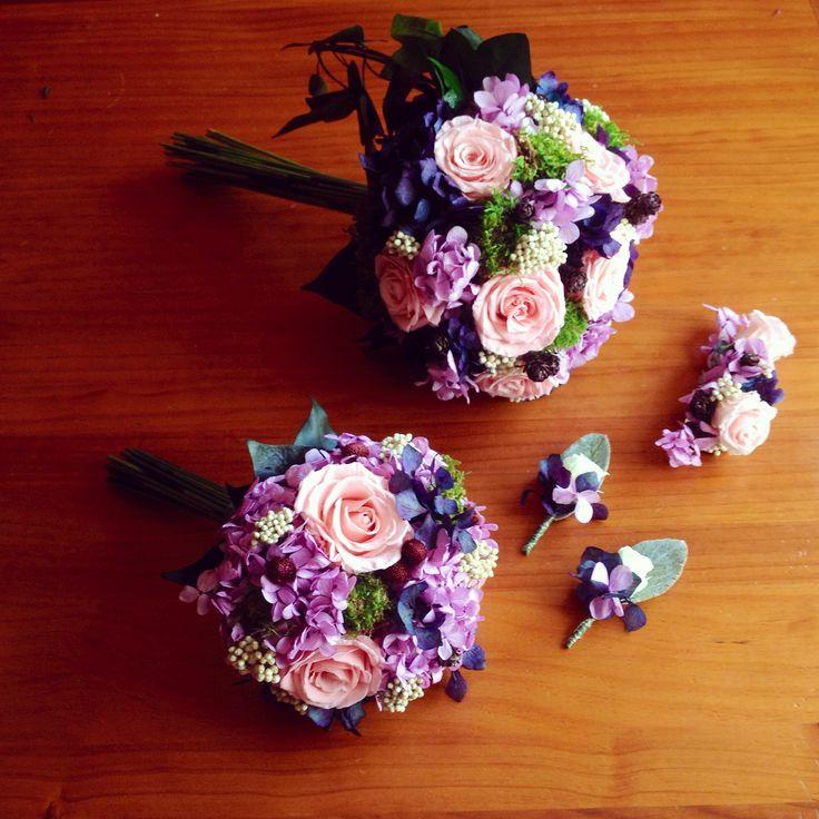 Ramo de novia, ramo de dama, prendidos de novio y padrino y tocado; todo con flores preservadas.  Flores zaragoza tensiempreflores