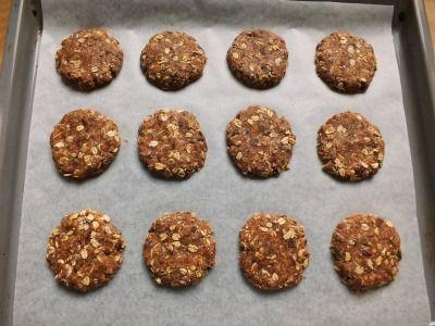 Niente uova, niente burro e niente lievito in questi golosi biscotti integrali al cioccolato arricchiti con fiocchi di avena e farina di cocco.