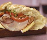 En baguette är perfekt att ha med som lunch eller på picknick! Fyll baguetten med brieost, tomat, skinka och fransk senap. Gott, mättande och lätt att förbereda.