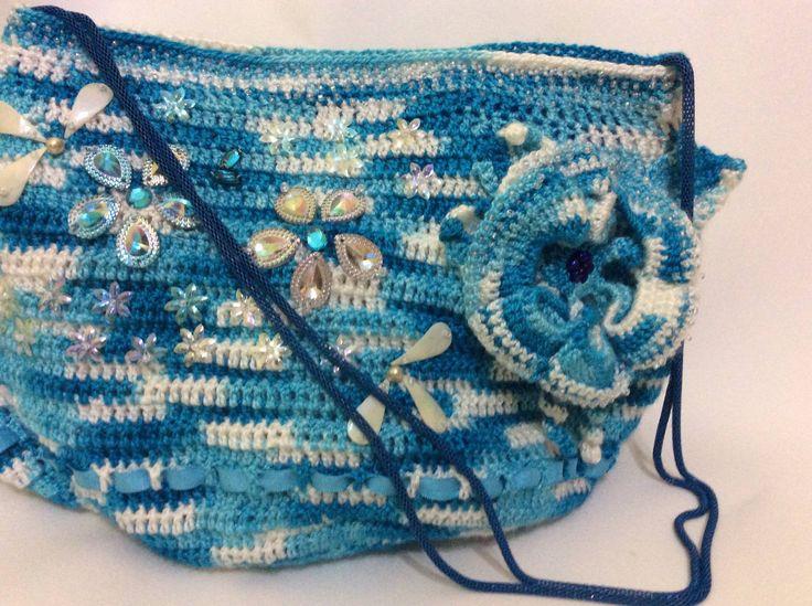 Cartera en crochet a dos tonos forrada en saten y pedreria al tono. venta por pedido en www.Gianatejidos/facebook.com