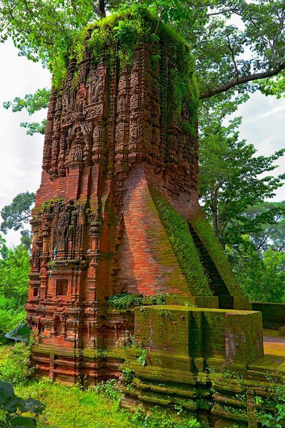 La templos perdidos de Deulghata! Este es uno de los dos templos de estilo de ladrillo de altura Deul Jain restante con la decoración de estuco en las orillas del río Kangsabati en Purulia, Bengala Occidental, India.