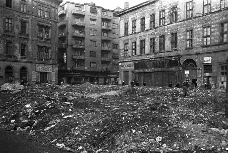 Derékig érő romokban a Klauzál tér. A rezsim december elején kezd megerősödni. A megfélemlítés sortüzekkel kezdődik, majd jön az újbóli internálás, a statárium és a gyorsított eljárások. Januárban lemennek az első perek, Dudás Józsefet és Szabó bácsiékat kivégzik, majd 1957 tavaszán nagyüzemre kapcsol a szervezett megtorló gépezet.