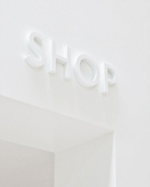 Retailtrend stilte: lichte tinten zorgen voor een verstillend effect in Saville&Knight. #Retail #trend #stilte