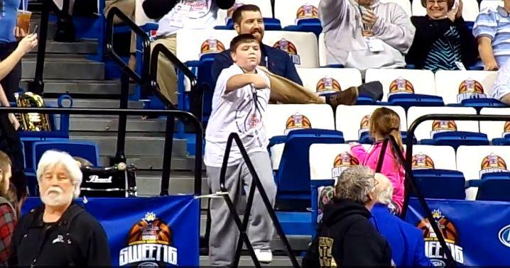Kleiner Junge tanzt sich in die Herzen der Basketball Fans