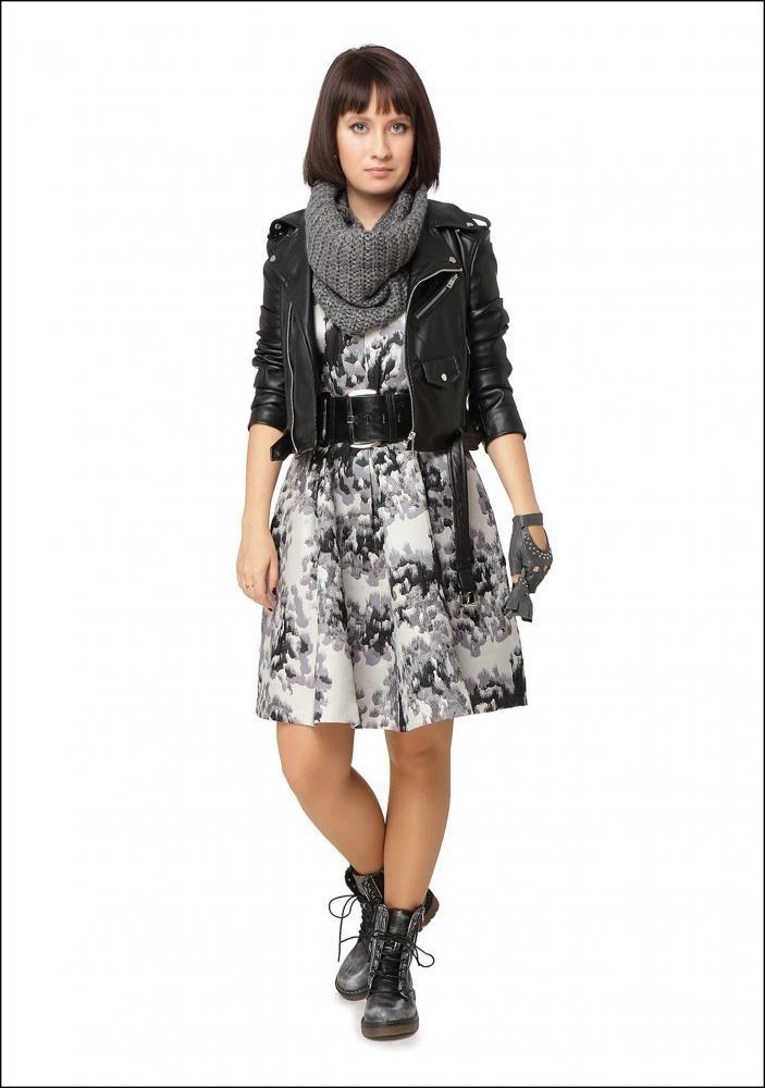 Комплект №1 . Платье и шарф-труба – H&M. Черная кожаная куртка – Zara. Черные ботинки-берцы – CCC Shoes & Bags. Черный кожаный пояс – Orange. Серые перчатки с заклепками – Tonelli