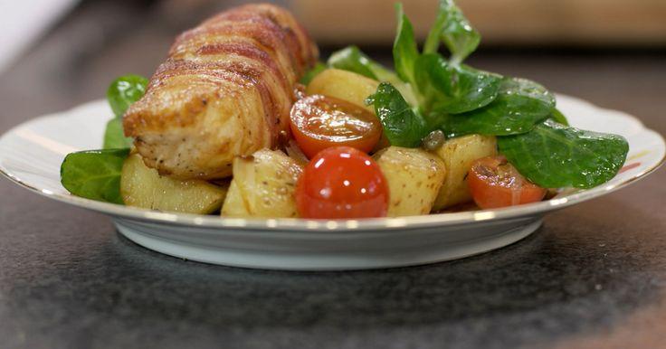 Jeroen serveert zeewolf in een pakje. De kraakverse vis bestel je gefileerd en graatloos, in gelijke porties. De cadeauverpakking bestaat uit fijne lapjes gerookt spek. Verse veldsla en kerstomaatjes zorgen voor het aandeel frisse rauwe groenten en de aardappelen komen uit de oven. Geroosterde aardappelen met sjalot en kruiden zijn al een genot in huis alvorens ze op de tafel komen.