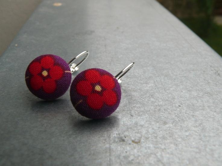 Buttonkové Lehké buttonkové náušnice vyrobené z krásných zahraničních látek. Velikost 14 mm. Bižuterní háček v barvě stříbrné.