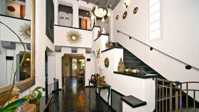 """Big Bang"" Star Moving into Charlie Sheen's Former House  Helberg's 1927 white stucco house has 4,100 square feet of living space, a fountain in the front courtyard, a double-height entrance hall, wood-beamed ceilings and an eat-in kitchen. The terraced backyard includes a swimming pool.  Says Hildebrand: ""Hopefully the party gods will rain down upon Mr. Helberg in his new beautiful home."""